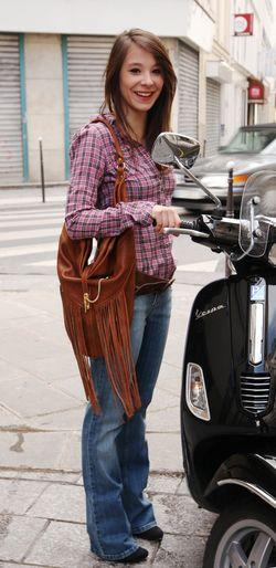 IMG_0054_Julie et sac Velvetine à franges marrons + jean bleu et chemise carreaux web